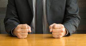 Homme d'affaire avec poings sur la table