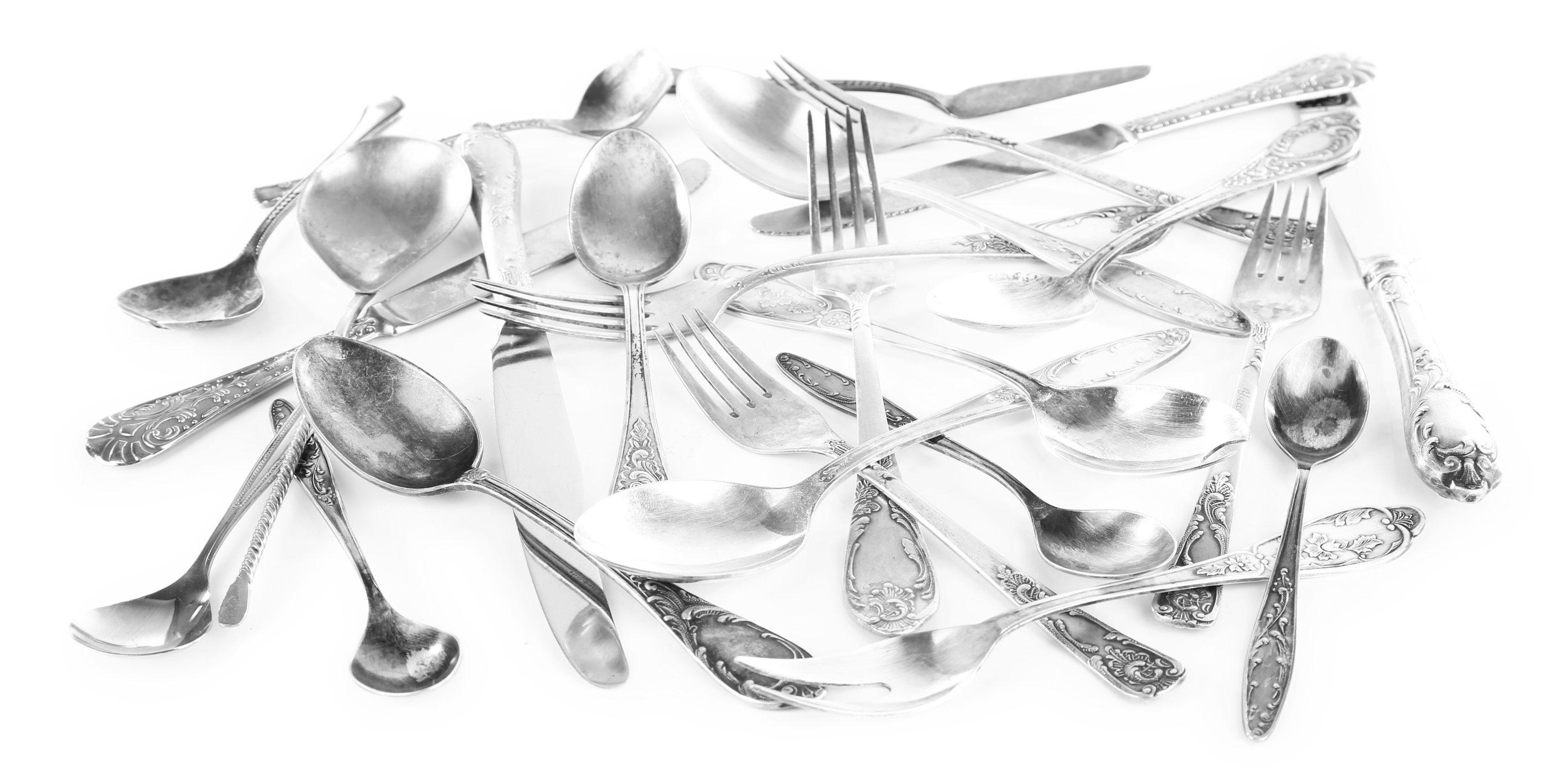 couteaux fourchettes cuillères en désordre