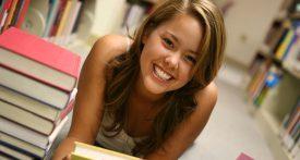étudiante dans une bibliothèque