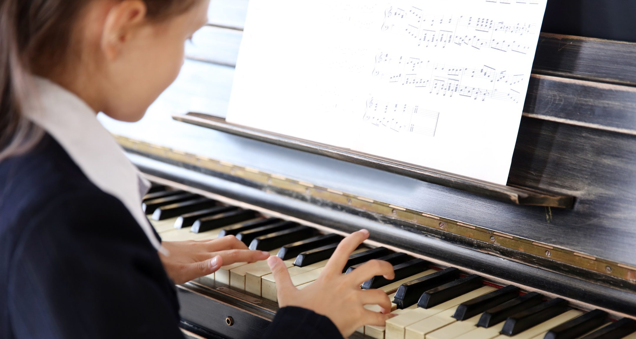 fille joue du piano