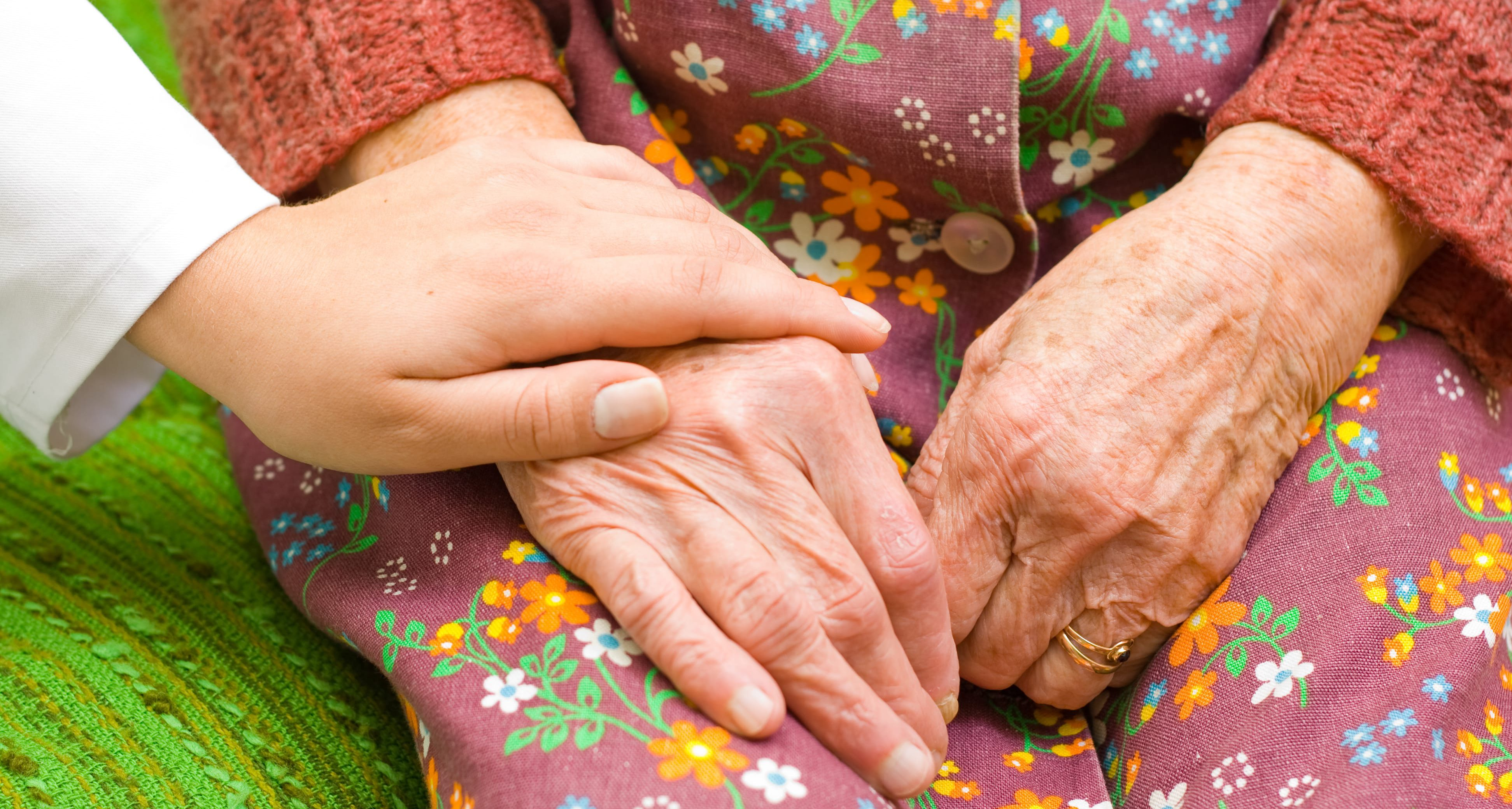 mains personne âgée et médecin