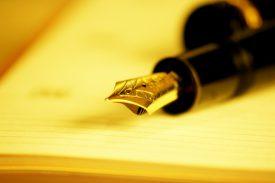 stylo plume sur cahier