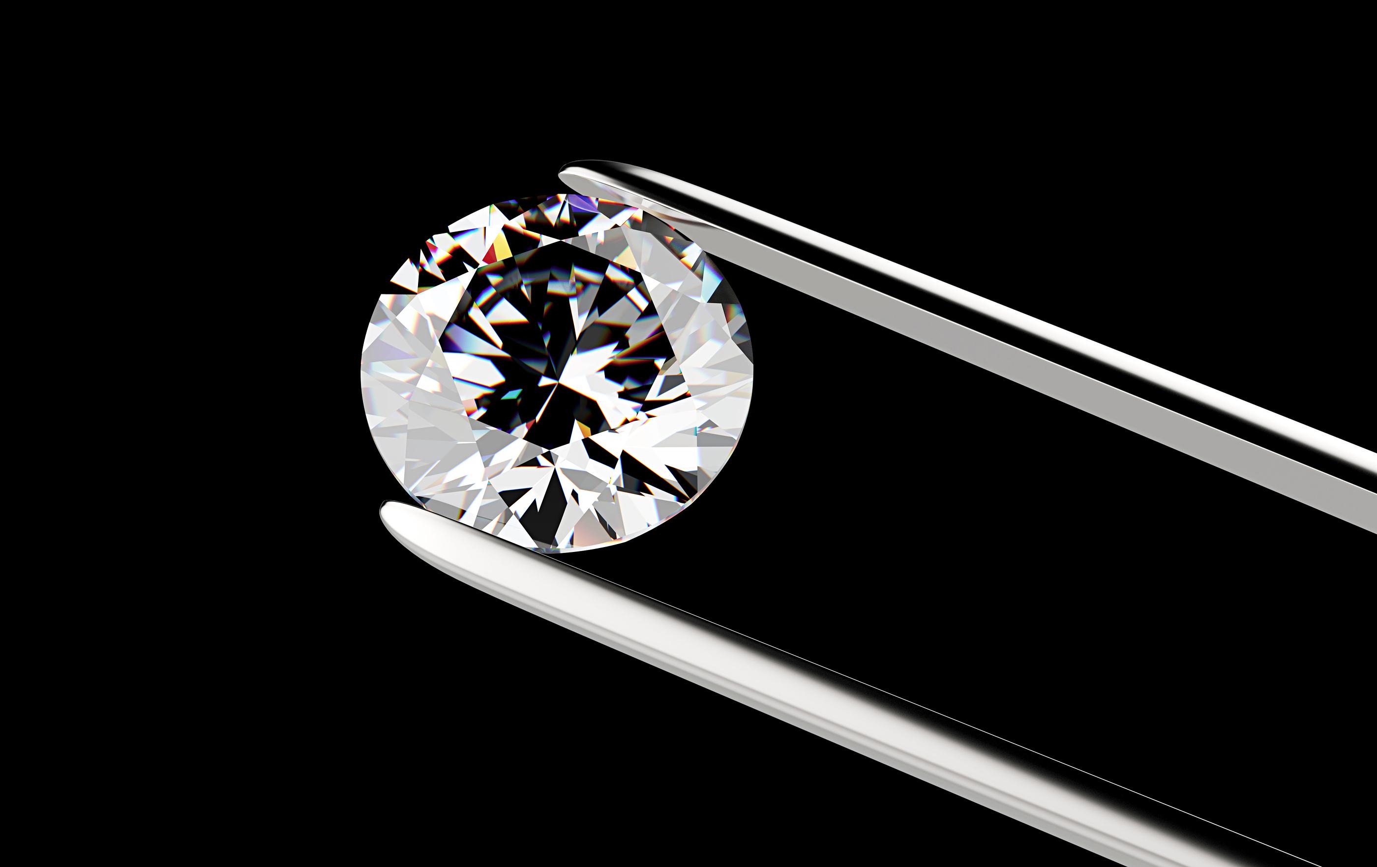 Diamant tenu par une pince sur fond noir